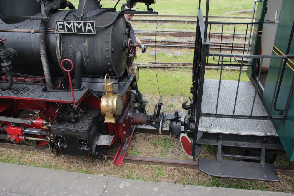 Lok und Wagen werden gekuppelt