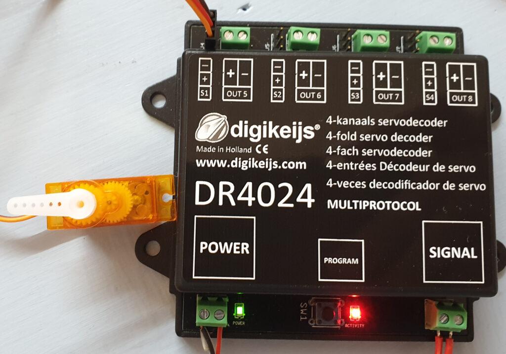 Digikeijs Servodecoder DR4024 mit Servo in Stellung 1