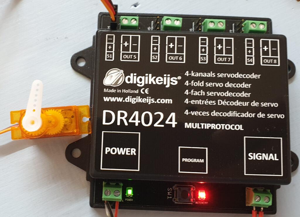 Digikeijs Servodecoder DR4024 mit Servo in Stellung 2