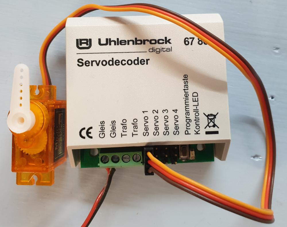 Uhlenbrock Servodecoder 67800 mit Servo in Stellung 1