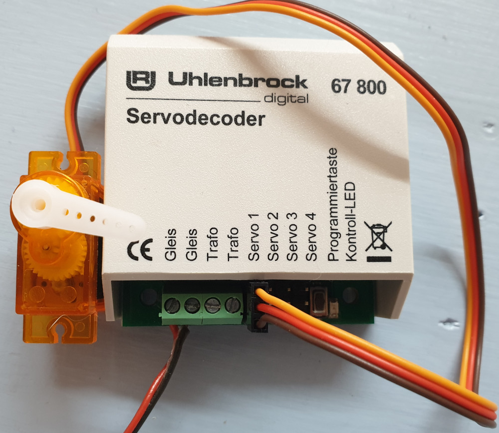 Uhlenbrock Servodecoder 67800 mit Servo in Stellung 2